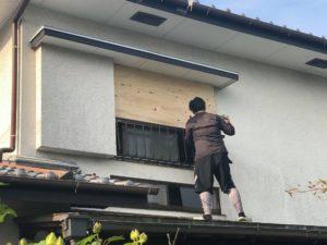 台風対策として戸建ての窓ガラスを木合板でガード作業!台風通過後取り外し込みで提案!